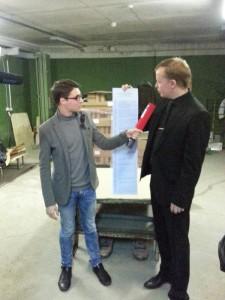 Председатель ИКМО Алексей Садофеев показывает бюллетень